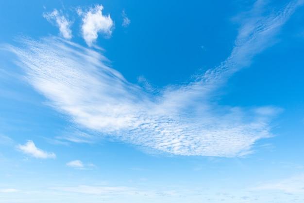 青い空の澄んだ背景