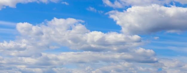 Панорама облаков голубого неба. красивые облака с фоном голубого неба.