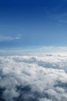 Голубое небо облака вид с самолета самолета