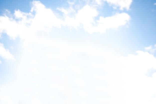 Cielo blu pieno di nuvole
