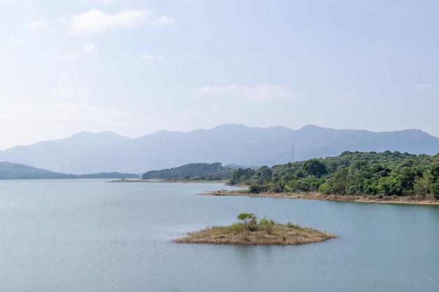 青空緑の山々と木々が湖を囲んでいます