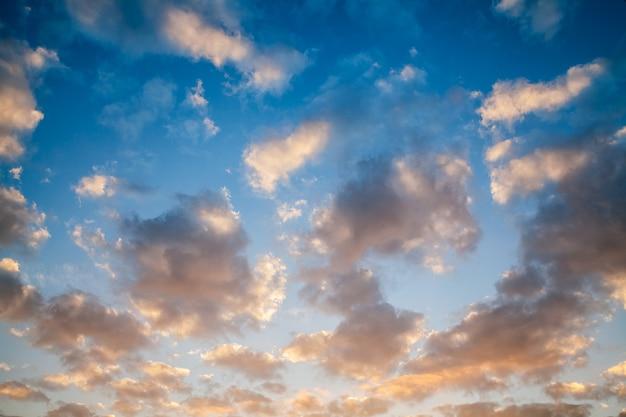 夕焼けの青い空