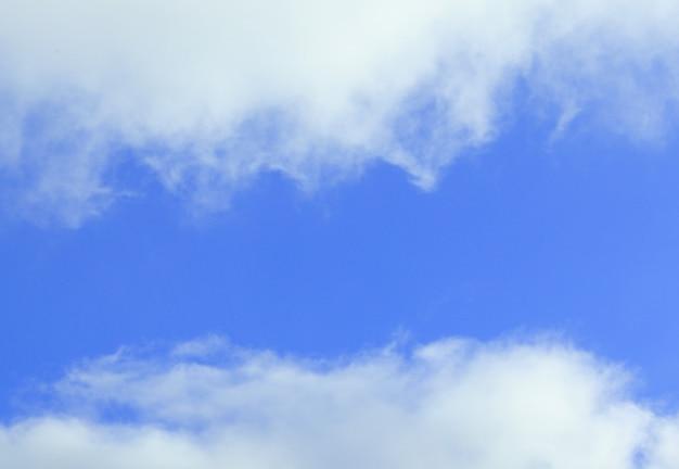 Голубое небо покрыто белыми облаками
