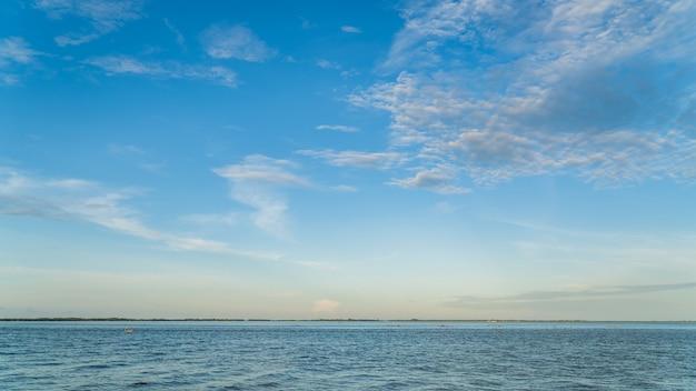 저녁에 바다 위에 푸른 하늘