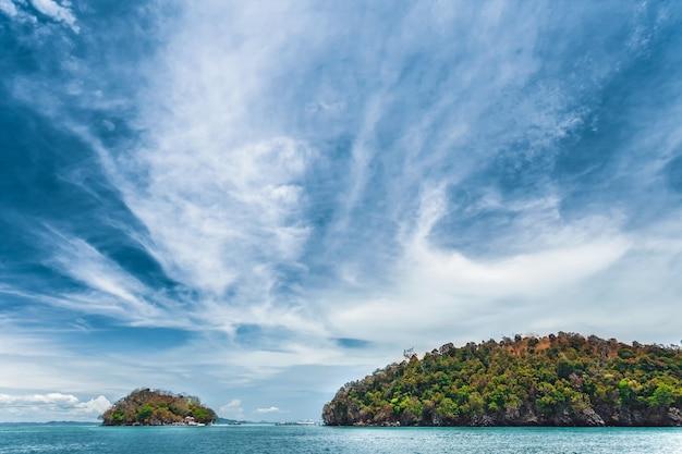 바다와 절벽 위에 푸른 하늘입니다. 태국.