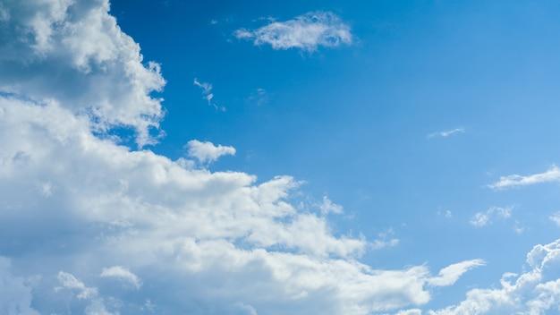 白いふわふわの雲と青い空の空間