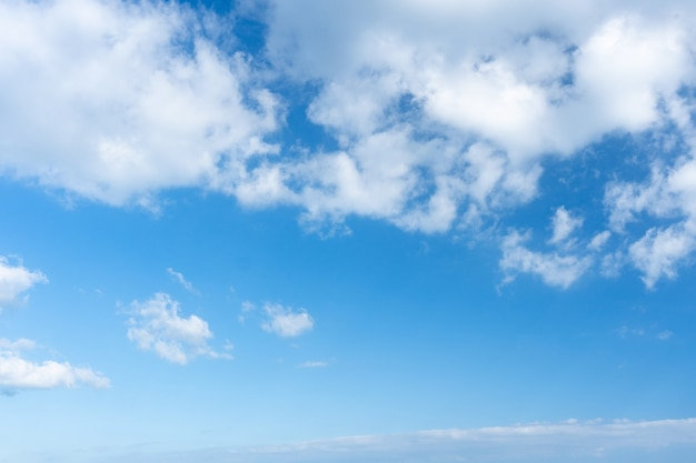 파란 하늘. 푸른 하늘 배경에 성층적운 구름입니다.