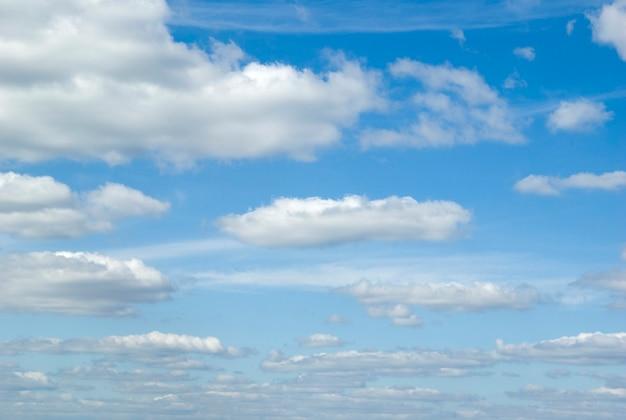 小さな雲と青い空の表面