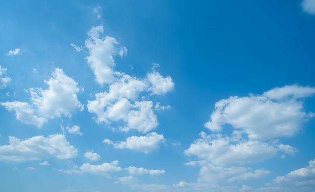 青い空、白い雲と空の風景
