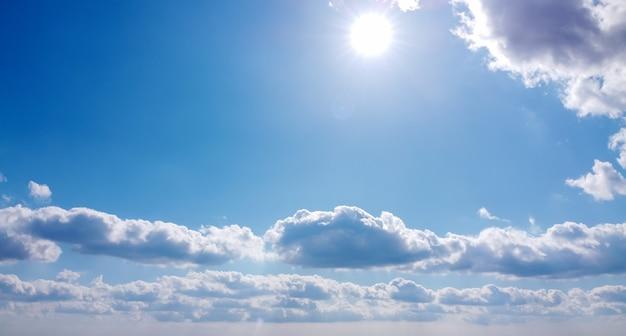 美しい太陽と雲と青い空