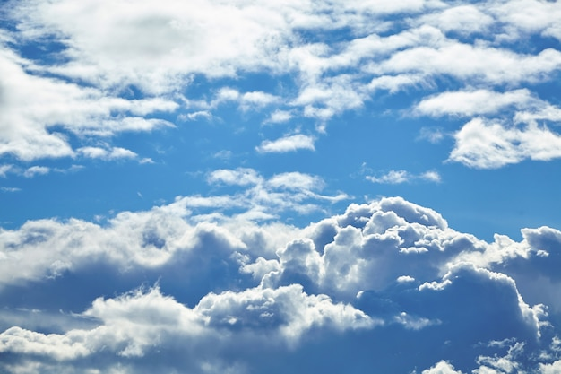 Голубое небо с большими белыми облаками