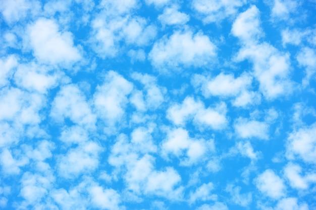 小さな白い雲がたくさんある青い空は、背景として使用することができます