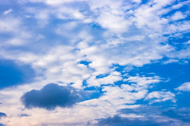 흰 구름이 많은 푸른 하늘