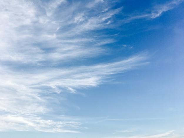美しくふわふわの白い雲と青い空