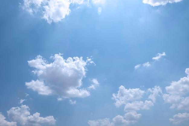 구름과 푸른 하늘 가까이, 푸른 하늘과 배경에 대 한 일출. 아름다운 풍경.