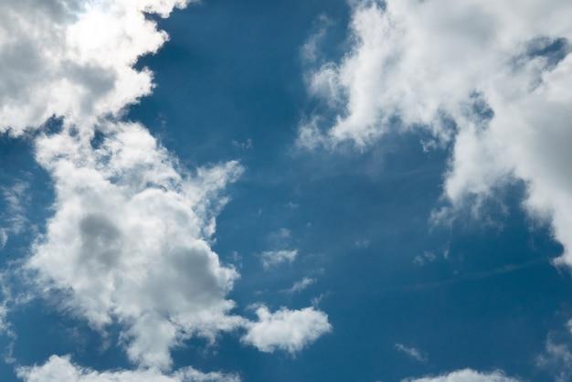 雲のクローズアップと青い空