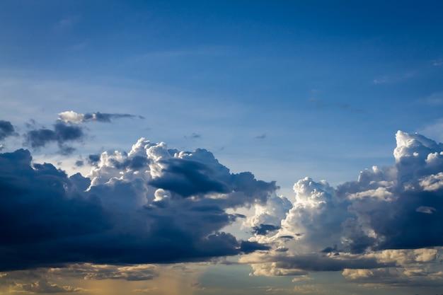 구름 자연 배경으로 푸른 하늘