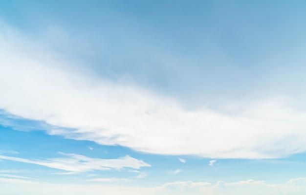 Cielo blu con nuvola