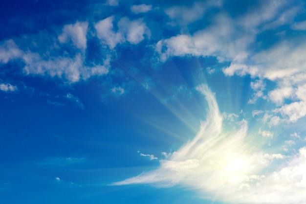 雲と明るい日光の青い空。高品質の写真