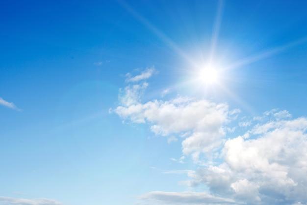 구름과 밝은 햇빛이 있는 푸른 하늘. 고품질 사진