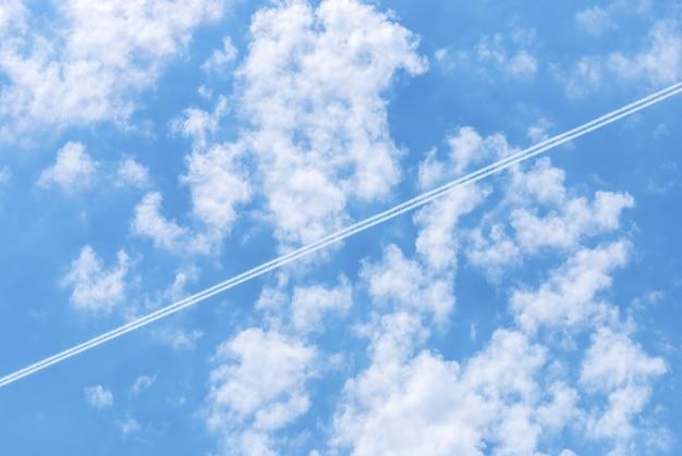 Голубое небо с облаками и следами следов