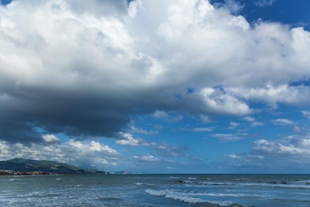 폭풍이 오기 전에 구름과 비 구름이 있는 푸른 하늘. 천둥 번개가 치기 전에