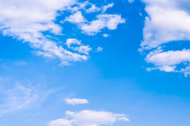 화창한 날에 구름과 푸른 하늘입니다. 복사 공간이 있는 자연 배경 프리미엄 사진