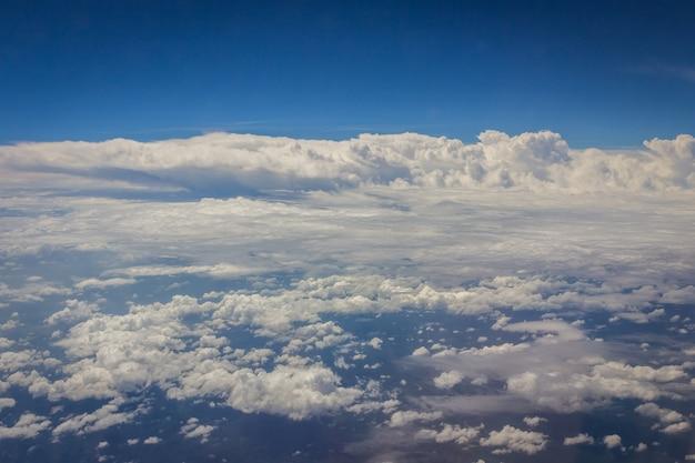 아침 시간에 비행기에 구름 배경으로 푸른 하늘