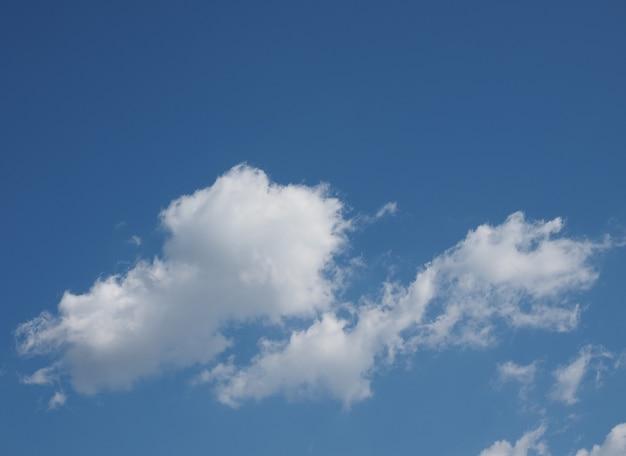 복사 공간이 있는 구름 배경이 있는 푸른 하늘