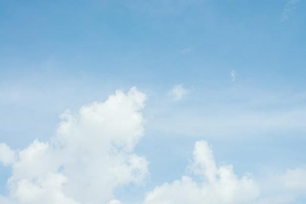 Cielo blu con sfondo nuvole.