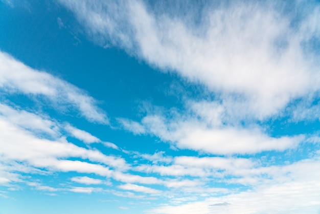 구름 배경으로 푸른 하늘