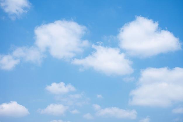 구름 배경으로 푸른 하늘입니다.