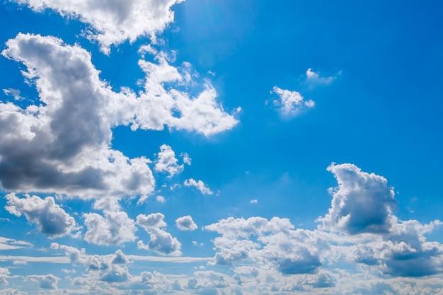 雲と青い空。青い空の背景。コピースペース。