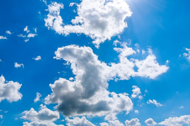 雲のある青空。青い空を背景。コピースペース。