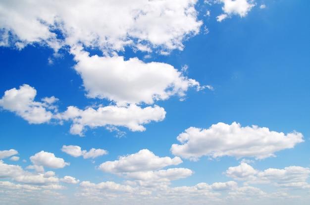 구름 근접 촬영과 푸른 하늘