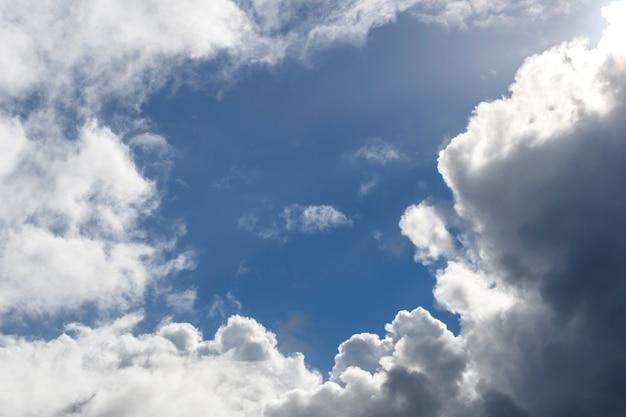 Голубое небо с облаками. скопируйте пространство.