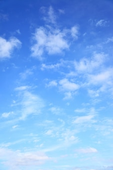 Голубое небо с облаками - естественный фон