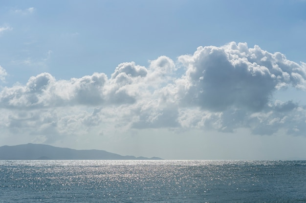 海の水の上に雲と青い空。自然の構成。タイ
