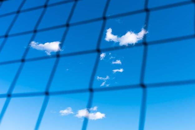 ネットワークを介して雲と青い空。あらゆる目的のために