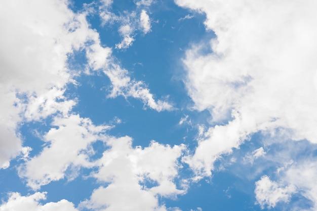 Голубое небо с облаками