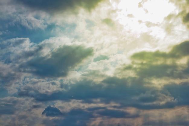 Голубое небо с фоном кучевых облаков. концепция природы и погодных фонов, атмосферы