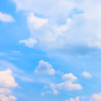 積雲のある青い空を背景として使用できます。四角いトリミング