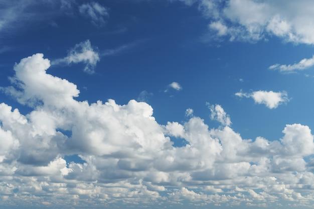 海の上の積雲と青い空