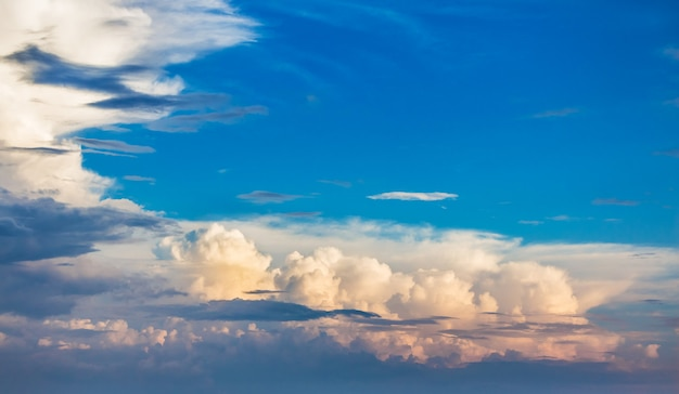 日没時に巻き毛の雲と青い空。テキストのスペースをコピー