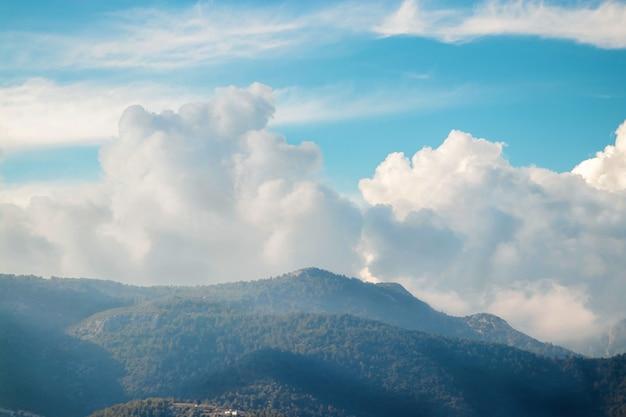 댐핑 구름, 아름다운 자연과 푸른 하늘.