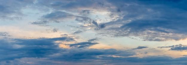 Голубое небо с темными облаками во время заката