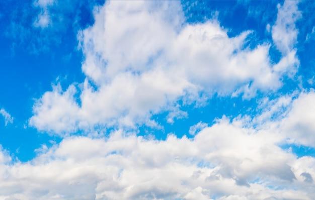 ふわふわの雲と青空