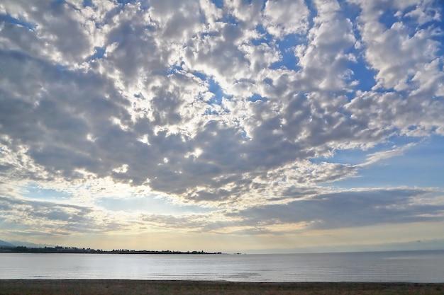 Голубое небо с серыми облаками.