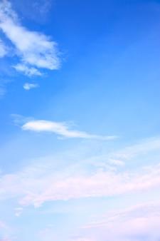 가벼운 양털 구름이 있는 푸른 하늘 - 자신의 텍스트를 위한 공간