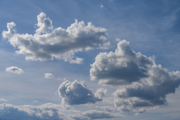 Голубое небо с красивыми облаками